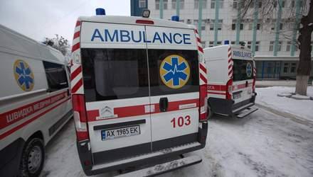 Не лише бурульки: у Києві у підземному переході на жінку впала плитка