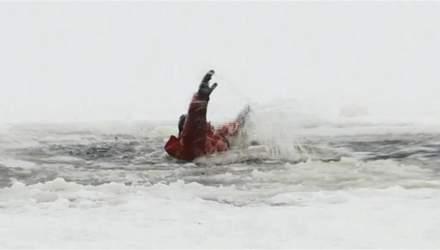 У Києві жінка провалилась під кригу, рятуючи собаку: відео рятувальної операції