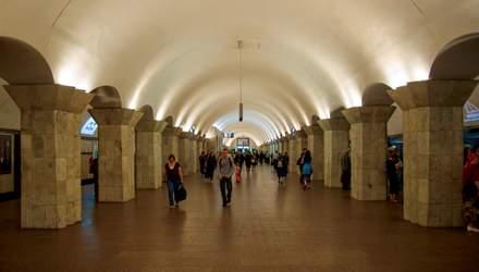 У метро в Києві чоловік впав на колію: його витягнули очевидці – відео