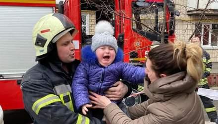 У Києві на Дарниці із задимленого будинку вивели 12 людей: серед них були діти
