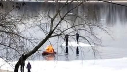 В Киеве мужчины покатались по льдине на Днепре: их вытащили спасатели