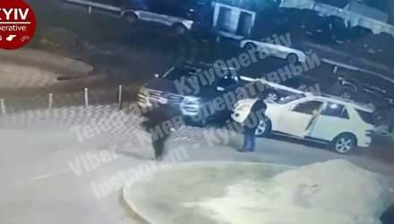 Як в GTA: у Києві чоловік вибіг на дорогу із пістолетом й забрав машину