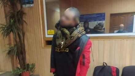 В Киеве пьяный мужчина гулял со змеями на шее: фото