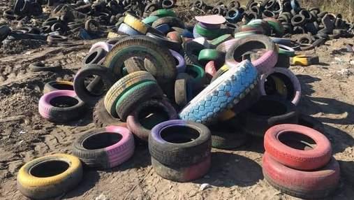 Черный дым и вонь в Киеве: это коммунальщики жгли шины, которые собрали во дворах