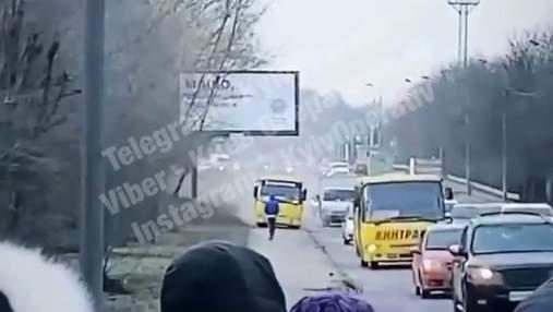 Объезжал пробку: в Киеве маршрутчик едва не сбил пешехода на тротуаре – видео