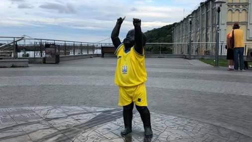 В Киеве статуи малышей-основателей одели в форму сборной: фото