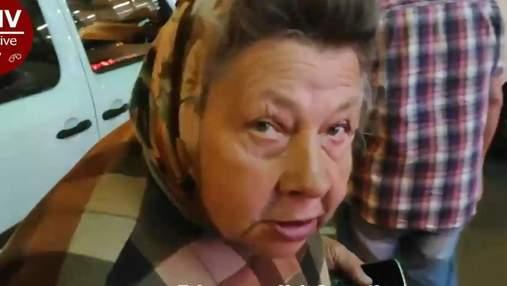 В Киеве бабушка просит деньги, а потом на такси едет домой с покупками: видео