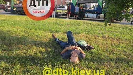 Киянина, який штовхнув лікаря-велосипедиста Віктора Заболотного, посадили під домашній арешт
