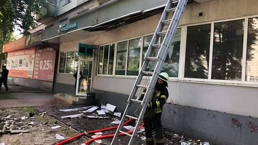 На Подоле в Киеве в многоэтажке горело помещение банка: фото