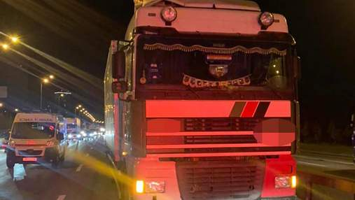 В Киеве грузовик насмерть сбил 2 пешеходов: перебегали дорогу