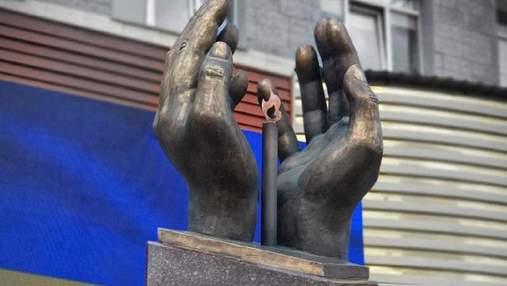 В Киеве открыли памятник медикам, умершим от коронавируса: фото