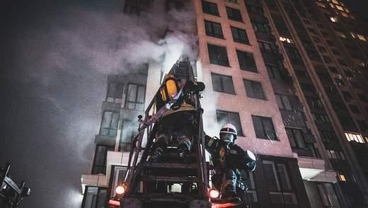 У Києві зайнялася квартира у багатоповерхівці: вона згоріла вщент, є потерпілі