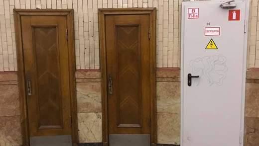 """У Києві на станції метро """"Арсенальна"""" встановили нові двері: урбаністи вважать це вандалізмом"""