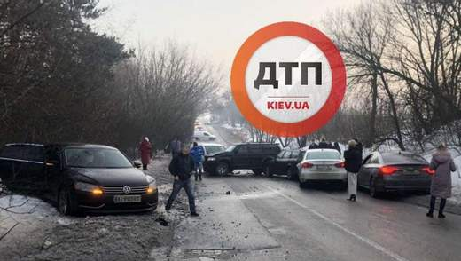 На Київщині зіштовхнулися 6 авто, є постраждалі: відео