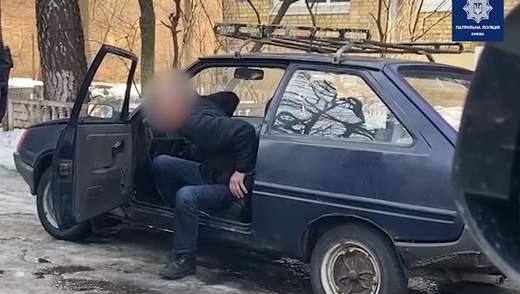 Ледве тримався на ногах: у Києві патрульні спіймали вкрай нетверезого водія – відео