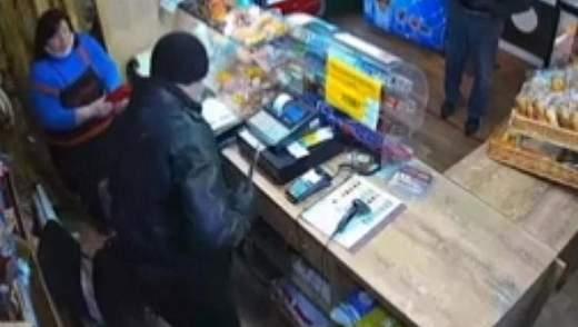 Пограбували хлібний кіоск аби викупити мобілку: у Києві затримали братів-розбійників
