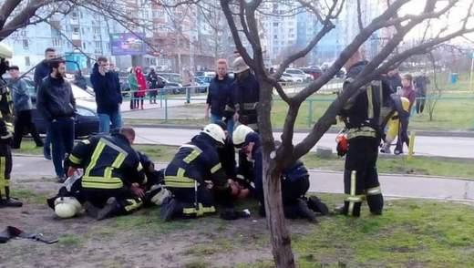 Ужасный пожар в Киеве: спасатели реанимировали двоих детей – видео